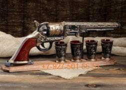 """П-0010 Подарочный набор """"Револьвер КОЛЬТ 0,6л. + 4 стопки"""" на деревянной подставке"""